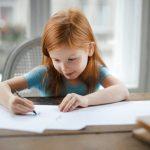 dziewczynka pisząca