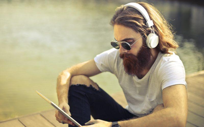 mężczyzna w słuchawkach