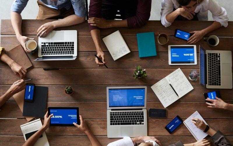 grupa ludzi z laptopami
