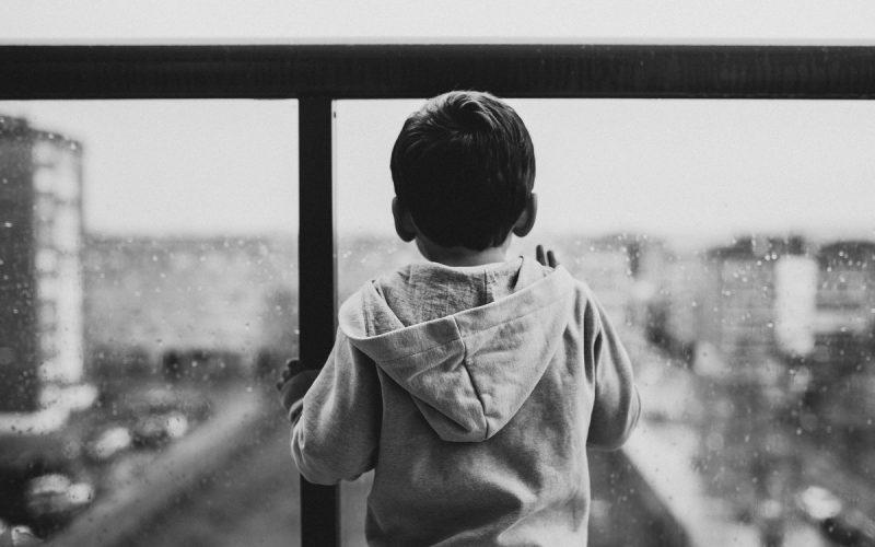 dziecko stojące tyłem