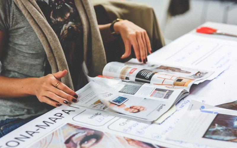 kobieta z gazetą