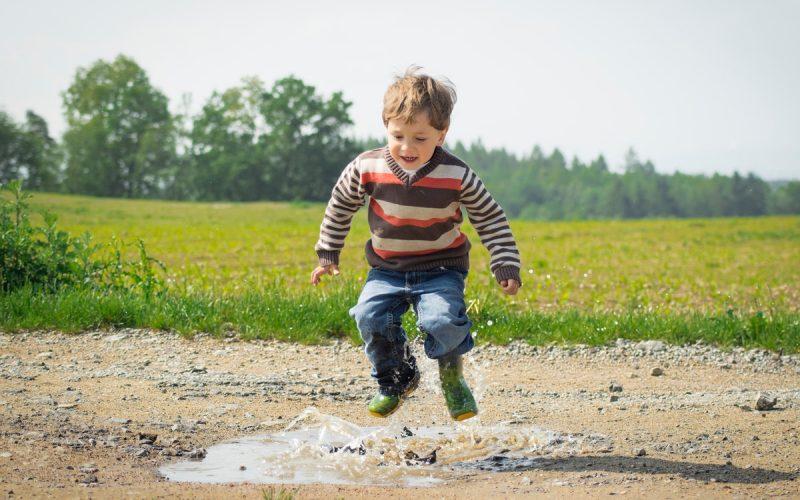 chłopiec skacze