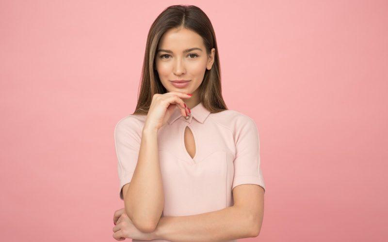 dziewczyna na różowym tle