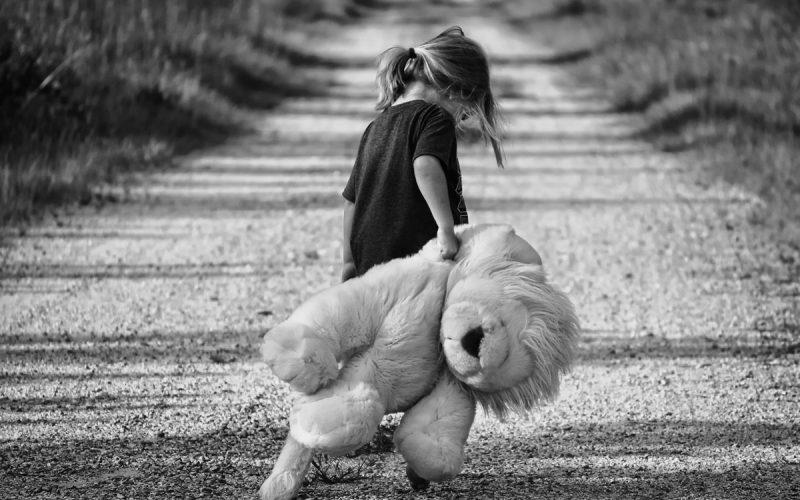 dziecko z misiem