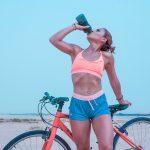rowerzystka pije wodę